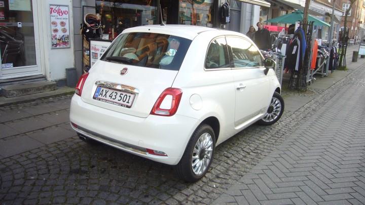 """Bymiljøet er Fiat 500's hjemmebane. Let at parkere og godt udsyn. Det hvide center i baglygterne er noget såkaldt """"face-lift""""."""