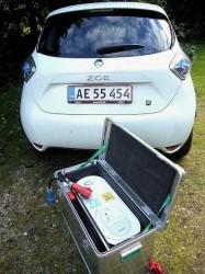 Renault Zoe med en hjemmelader, det skrues på væggen i den hjemlige carport.