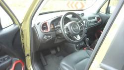 Kabinen er en skøn blanding af amerikansk og italiensk Jeep, men den lodrette forrude giver en særlig stemning når man sidder i bilen.