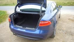 De klassiske bøjler til bagklappen er gemt pænt væk og af vejen, så de ikke fungerer som kuffertknusere.