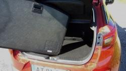 Pænt og nydeligt bagagerum med dobbeltbund, som i dette tilfælde er forsynet med en solid plade.