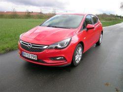 Opel Astra i næsten basisudgave. En bil med 1-liters motor, en bil med rummelig kabine og en brugbar familiebil efter de fleste daglige regnemetoder.