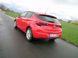 Astra er på mange måder helt almindelig. Akselafstand på 266, et bagagerum på mindst 360 liter, men også en bil med 5-trins gear som standard, mens bilens  officielle tophastighed er opnået med en 6-trins gearkasse, - så det koster ekstra at nå de 200, som er startprisen for billigste Astra.