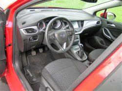 Her henter Opel rigtigt mange point. en nydelig og velfungerende kabine med godt OK udsyn og gode sæder.