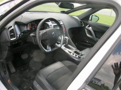 Gode og lækre sæder, et rat der er beskåret kraftige nederst, og alt i alt en meget indbydende og støjsvag kabine.