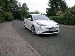 Toyota er mestre i hybridbiler. Ingen gør det bedre, og i 4. udgave er Prius kommet så langt, at man også kan tale om lidt køreglæde. Vægtfordelingen er optimeret, styringen er forbedret og mængden af kilometer på literen er for alvor ved at gøre Prius til en konkurrent til dieselbilerne ved bykørsel.