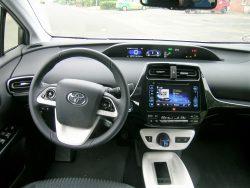 Førerpladsens indretning er typisk Prius, og er i virkeligheden ikke ændret ret meget fra generation et. Grundideen er den samme, og det automatiske gear af CVT typen har fulgt Prius siden dag et.