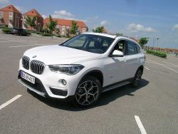 BMW synes ikke X1 fortjener betegnelsen SUV, og vi er helt enige, men X1 er også herligt maskineri og en god portion køreglæde, selv om vi ikke når de helt ægte BMW glæder.