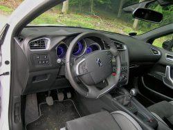 Designerne har tydligvis hygget sig med kabinen i Crossback, som dog udmærker sig mest med alt det udstyr, som slet ikke findes på bilen.