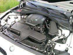 Klassisk opskrift på en BMW er motoren på langs og gearkassen umiddelbart til højre for den fod der giver gas. Trækker er selvfølgelig på baghjulene, og denne 2-liters dieselmotor har dobbelt turbo.