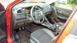 Pæn velindrette kabine med Renaults kendte specialiteter. God siddekomfort og godt udsyn.