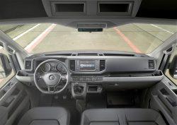Motorprogrammet i Crafter er bygget op omkring den kendte 2-liters diesel, som leverer alt fra 102 til 177 HK med en eller to gange turbolader. Førerpladsen er typisk VW, og så er der tilført en håndfuld af nye sikkerhedssystemer.