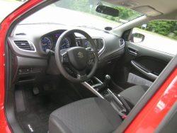 Lad os bare kalde Baleno jævnt kedelig indendørs. Til gengæld er der rigtig god plads og pæn siddehøjde overalt i bilen.