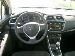 Den trykfølsomme skærm med mange funktioner midt i bilen er den største nyhed indendørs.