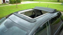 Det el-drevne soltag har fast forkant, der også fungere som vindbryder, og taget har samme garanti som bilen.