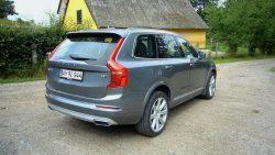 SYv sæder er standard i den dyre XC90, og det er ikke kun prisen der er velvoksen. Bilen har voldsomme ydre mål, og passer ikke til danske parkeringsbåse  og P-huse er et mareridt når man kører i en bil som Volvo XC90.
