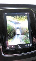 En finurlighed på storskærm. Fugle-kik på bilens omgivelser når man skal parkere eller manøvrere ved lav hastighed.