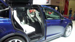 Når vingen er løftet, ser det indre i Tesla X rigtig indbydende ud.