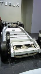 Her er den så, platformen som er blevet lidt større når den skal ligge under model X. På billedet kan man se motorer og drivlinie for og bag, men dette foto viser også de steder, hvor mange af de grimme Tesla fejl finder sted. Samlekvalitet og en drivlinie som slet ikke kan holde til bilens kraftige moment