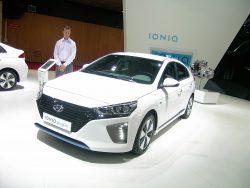 Hyundai Ioniq er ikke en men tre meget forskellige biler i en størrelse, der er i30 plus en sjat. Nu skal den alternativ koreaner på jagt efter danske krydser, så bilen kan komme over første forhindring, som er en plads blandt årets fem bedste nye biler.