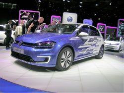 En af de store nyheder på Paris udstillingen, skulle have været denne VW el-Golf, som nu kan køre op til 300 km på en opladning. Desværre (for VW) blev nyheden nedtonet, for Renault kunne præsentere en bil med op til 400 km.