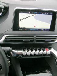 To række lækre kontakter er placeret over hinanden i midterkonsollen. Man kommer næsten til at tænke på Jaguar E.