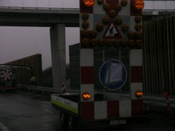 På en flere kilometer lang strækning langs motorvejen ved Ølby, bliver der brændt millioner af til et ny støjværn.