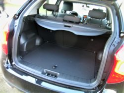 Med en længde på 441 cm, er Korando ikke blandt de største der må køre med to tons på krogne, men bagagerummet er stort nok til de fleste.