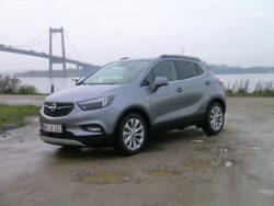 Ny front og måske mere vigtigt, biler i rigelige mængder til det danske marked og lavere startpris. Et lynportræt af Mokka X