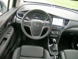 Færre knapper og større skærm midt i bilen. Opel kalder det oprydning, og hvis ikke man kan finde rundt i systemerne, kan man trykke på OnStar knappen, og få vejledning på dansk.
