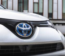 Toyota er danske mestre i hybridbiler, og de lækre tekniske løsninger i Toyogtas hybridbiler, bliver billigere som følge af de nye afgifter.