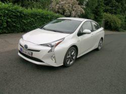 Toyota Prius kan i 2017 fejre de første 20 år som model, og teknikken er gennem årene forbedret og finpudset, og en ny plug-in model er på vej til Danmark. En hybrid med endnu længere rækkevidde som el-bil.