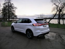 Ford Edge har typisk Ford design, og på visse punkter er den en udfordring til de store luksusdyr fra mere tyske mærker, men nok ikke i Danmark. Her skal der nogle meget gunstige leasingpriser på banen, før valget falder på Ford Edge.