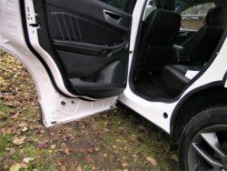 En næsten genial detalje. Døren går helt ned over bilens paneler, som altid er helt rene. Praktisk når den fine kjole skal til nytårskur. Uskadt og lige så ren som da kjolen steg ind i bilen.