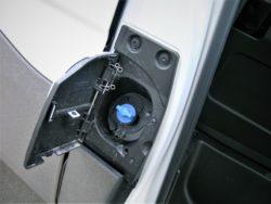 Påfyldning af AdBlue findet sted i bilens højre side.