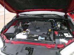 Den solide 2,4 motor som nu yder 150 HK er eneste motorvalg til den nye Hilux, og den enlige motor er bilens eneste mindre svaghed.