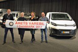 Det er Toyotas første gevinst i en dansk kåring nogensinde, og glæder er sikkert stor, selv om titlen deles med Citroen og Peugeot. På billedet ses t.v. Anders Tystrup, Toyota DK, Hanne Sørensen, Peugeot DK, Trine Krastrup Citroen DK og MKD's repræsentant, Thomas A Petersen yderst t.h.