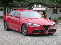 Alfa Giulia er det bedste fra to meget betydende ting i bilens historie. Køreglæde, køreegenskaber og lækkert design. Topkarakter på begge områder.