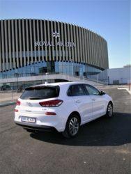 i30 er sammen med forgængere den mest solgte Hyundai gennem mærkets 25 år i Danmark. Den nye i30 er klar til salg, og som vanligt lægger man ud med en 5-dørs, der har fået mere sikkerhed, mere komfort og bedre egenskaber på asfalten.