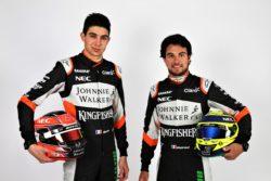 Franske Esteban Ocon og mexicanske Sergio Perez (th) skal skifte den klassiske køredragt ud med en pink af slagsen inden årets første F1 løb i Australien.