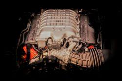 Sådan, en gigantisk 6,2 liters V8 maksine, som ligger lysår fra en dødsyg europæisk 3-benet haltemotor. Motoren i den 707 hestes motor er en såkaldt Hemi, noget meget amerikansk, men inderst inde noget gammeldags skrammel, men det fungerer. Motoren er af støbejern, og der er vandkamre hele vejen rundt om hver af de otte cylindre for at give bedst mulig varmeafledning.